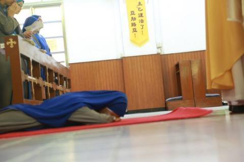 Sr. Jin Jiao prostrated to supplicate for the intercession of the Saints