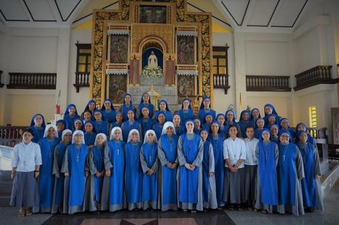 group picture of sisters present for the celebration of investiture